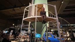 Stella bouwde een silo om tot trekkershut.