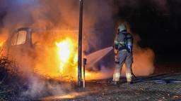 Busje uitgebrand in Oss, brandweer voorkomt overslaan vuur naar zorggroep