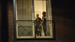 Agenten in het appartement aan de Emmastraat in Breda (foto: Perry Roovers).