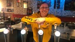 Kroegbaas Edwin voor de laatste keer in zijn café (foto: Tonnie Vossen).