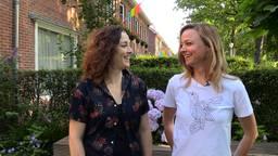 Anne en Inge hangen met de hele straat regenboogvlaggen uit