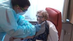 Verpleegkundige Melissa Raats meet de bloeddruk van mevrouw Koot (foto: Omroep Brabant).