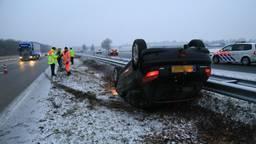 Een auto is van de weg geraakt (foto: Harrie Grijseels/SQ Vision).