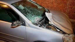 Een auto raakte zwaar beschadigd door de klap (foto: Bart Meesters/SQ Vision).