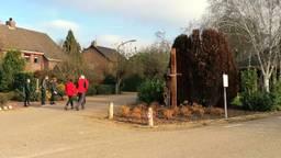 Veel dorpsbewoners komen het nieuwe beeld bewonderen (foto: Omroep Brabant).