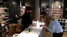 Het personeel van cosmeticazaak Janzen helpt met het inpakken van alle bestellingen.