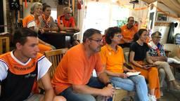 Familie en vrienden van Stan Pijnenburg kijken naar de wedstrijd.