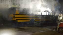 Schoolbus gaat in vlammen op, politie sluit brandstichting niet uit