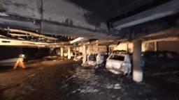 De verwoeste parkeergarage aan de Statenlaan in Oosterhout (foto: YouTube brandweervloggers).