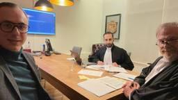 De medeoprichters van Project C en hun advocaat tijdens de rechtszaak (foto: Joep van Meel).