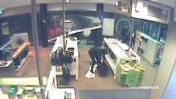 Twee identieke ramkraken op een elektronicazaak in Oosterhout, met een heftruck komen de daders binnen (beeld: Bureau Brabant).