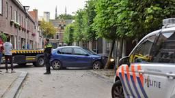 De dief crashte met de gestolen auto in de Korte Tuinstraat (foto: Toby de Kort / SQ Vision).