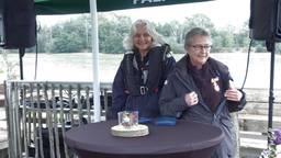 Esther van Neerbos (l) en Janette Kruit showen trots hun lintje.