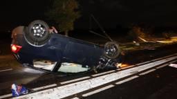 De auto raakte de berm en reed vervolgens een bebouwde kom-bord en een lantaarnpaal uit de grond (foto: SK-Media).