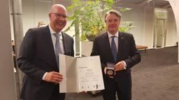 Commissaris van de Koning Wim van de Donk (r) ontvangt Stadspenning van Den Bosch (foto: Henk van Esch).