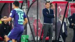 PSV-trainer Roger Schmidt kijkt toe bij de wedstrijd AZ - PSV (Foto: ANP)