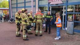 Politie en brandweer bij het ontruimde winkelcentrum in Oss (foto: Gabor Heeres/SQ Vision).