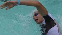 Maarten van der Weijden aan het zwemmen.