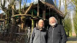 Angele en Marcel van Riel voor hun Tuinsieraad in Heukelom (foto: Tom van den Oetelaar).