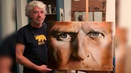 Kunstenaar Henk de Beer met het kunstwerk (foto: Peter Schouten).