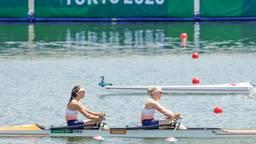 Lisa Scheenaard (rechts) pakt brons op Olympische Spelen.