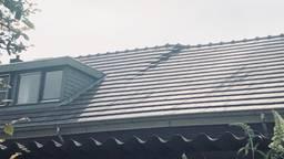 Schade rechts naast de dakkapel.