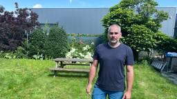 Marc kijkt in zijn achtertuin uit op een muur van 7 meter hoog