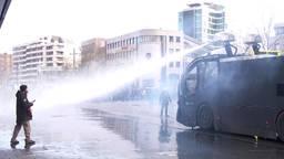 Politie zet een waterkanon in
