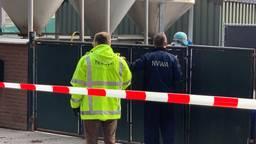 De NVWA bij de besmette nertsenfokkerij in Deurne (foto: Eva de Schipper).