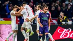 Mario Götze druipt af, in de achtergrond feestvierende Ajax-spelers (Foto: ANP)