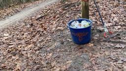 Efteling-medewerkers helpen een handje in de natuur.