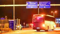 Bus met Nederlandse passagiers uit Wuhan bij vliegbasis Eindhoven (foto: Dave Hendriks / SQ Vision Mediaprodukties)