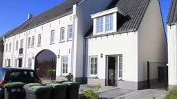 Dit huis wordt doorzocht op drugs (foto: Harrie Grijseels/SQ Vision).