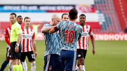 Aanvoerders Dumfries en Tadic kregen  het tijdens het duel PSV-Ajax aan de stok met elkaar (foto:  ANP/Maurice van Steen).