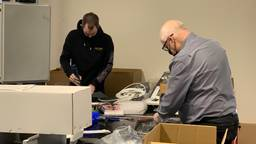 Horecamannen Thomas en Hans nu aan het werk in een fabriek (foto: Jessica Ranselaar).