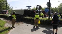 De vrachtwagen kantelde op een rotonde van de N264. (Foto: SK-Media)