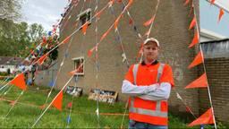 Marty voor zijn oranjehuis in Oss (foto: Ilse Schoenmakers).
