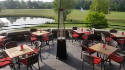 Het terras van restaurant Dimples bleef leeg, tot frustratie van de uitbater en gasten (foto: Bas Geurtjens).