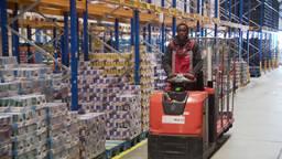 Louange werkt deze zomer acht weken in de logistiek.