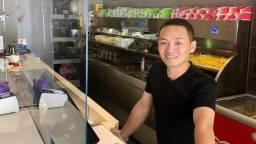 Cafetariahouder Li Jin kreeg veel kritiek over zich heen vanwege zijn coronascherm. (Foto: Erik Peeters)