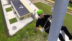 Ondanks zijn hoogtevrees, gaat Jeffrey abseilen van de Kempentoren (foto Tom van den Oetelaar).