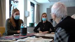 Verpleegkundigen Geertje en Maartje in gesprek met bewoners (foto: Jan Peels)