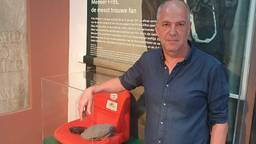 PSV-watcher Frans van den Nieuwenhof bij het stoeltje van Frits Philips.