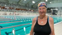 Marianne (95) zwemt per ongeluk drie records: 'Ik ga door tot ik 100 ben'