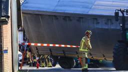 De man kwam onder de aanhanger en raakte gewond. Foto: Harrie Grijseels/SQ Vision Mediaprodukties.