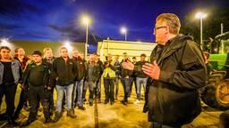 Hoofdredacteur John van den Oetelaar stond de boeren te woord (foto: Sem van Rijssel/SQ Vision).