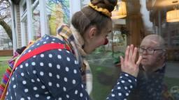 Clown Sis met een bewoner van SOVAK in Terheijden (foto: Raoul Cartens).