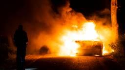 Auto vliegt spontaan in brand, mannen weten zich net op tijd te redden