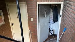 De voordeur van het uitgebrande appartement (foto: Omroep Brabant).