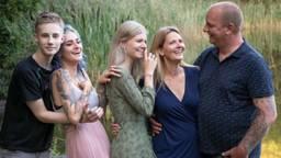 Sharon en haar man (rechts) met hun drie kinderen (foto: Imca van de Weem Photography).